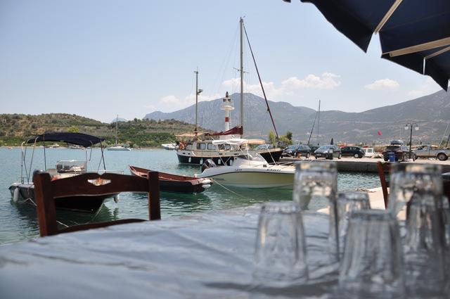 Faites vous plaisir à la taverne du Poséidon sur le port d'Ancient Epidavros